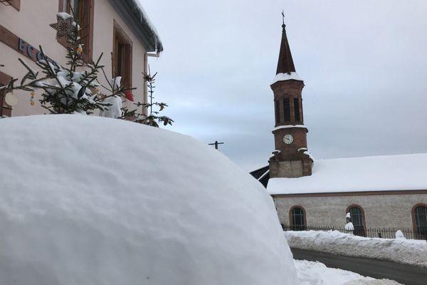 Les centimètres de neige se sont accumulés en trois jours. Le redoux a un peu entamé la couche, mais elle reste impressionnante dans les rues d'Aubure.