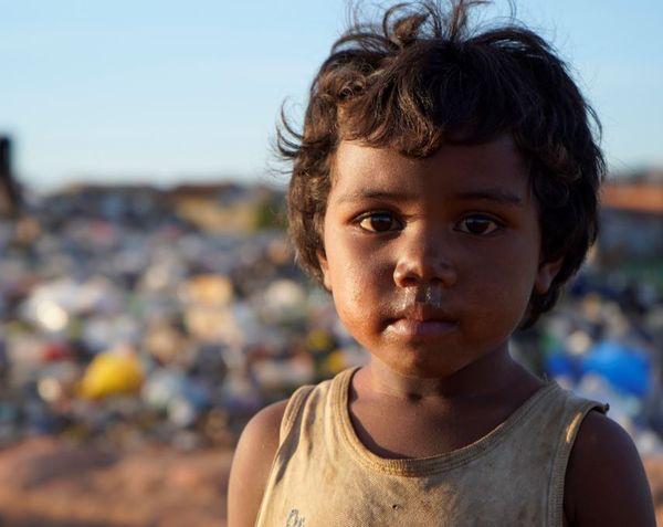 Un jeune enfant dans une décharge à Madagascar