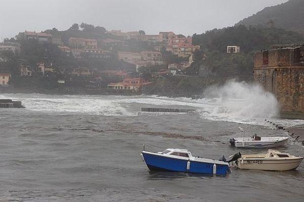 Pluie et vent ont fait monter le niveau de l'eau à Collioure.