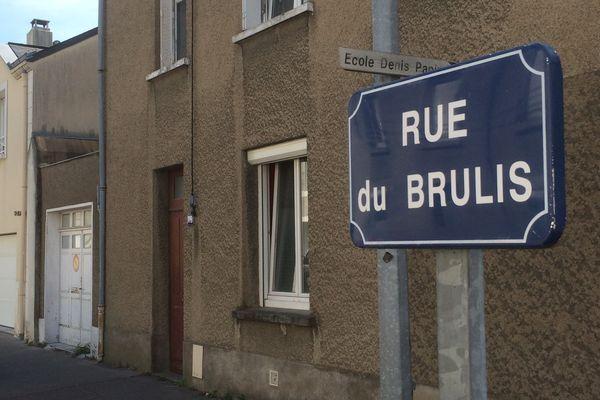 Le panneau de la rue du Brûlis n'est pas... dans la rue du Brûlis.