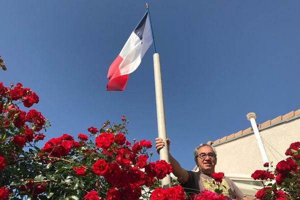 Jean Grangeon a lui aussi suivi la démarche de Roger Tognetti : il a dressé chez lui un drapeau français pour dépasser les distances autour d'une commémoration.