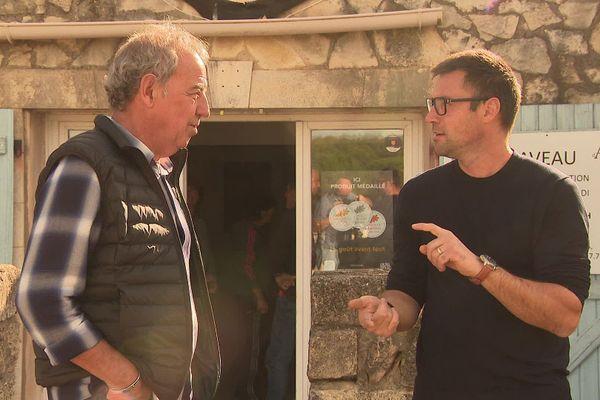 A Saint-Drézéry, Jean Lacauste (à droite) en discussion avec le délégué à la viticulture de l'Hérault, Yvon Pelet.