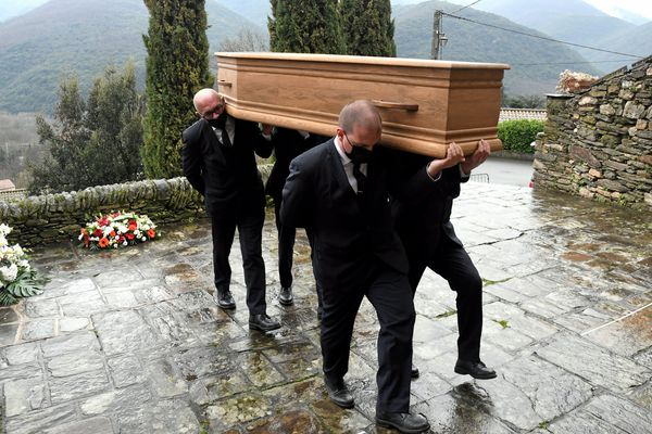 Des porteurs en plein service funéraire