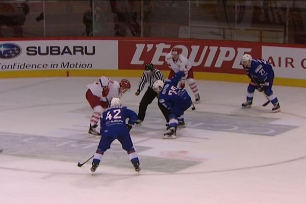 Difficile soirée vendredi 15 avril pour l'équipe de France de hockey-sur-glace, battue 5-2 par le Danemark à Amiens en match préparatoire pour le mondial en Russie en mai 2016.