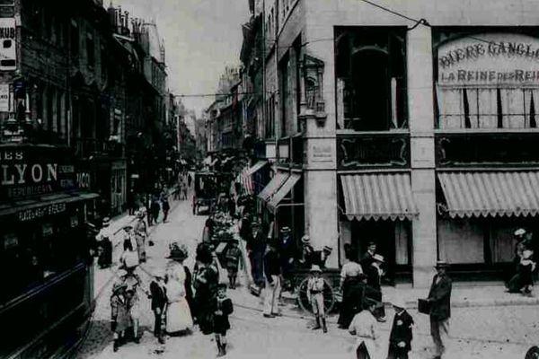 Carte postale des commerces de la Grande rue (1901-1908).