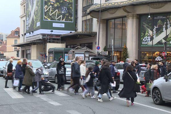 De nombreux clients choisissent leurs commerces de proximité pour éviter les transports.