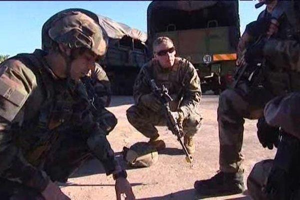 Ces militaires français écoutent les consignes de leur officier pendant l'exercice.