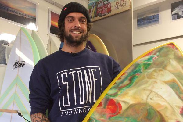 Pierre, surfer, est aussi le seul shaper de Loire-Atlantique