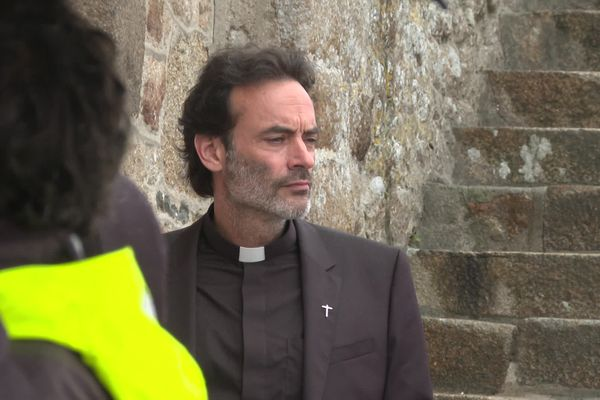 """Anthony Delon incarne un prêtre exorciste dans le téléfilm """"Meurtre au Mont-Saint-Michel"""""""