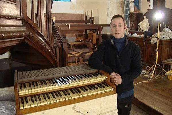 John Davey rassemble les pièces pour donner vie à l'orgue qui se fera bientôt entendre à Saint-Méloir-des-Bois