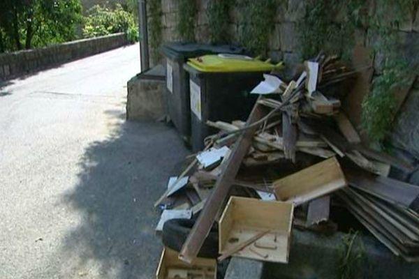 Des objets encombrants jetés dans une rue de Grasse