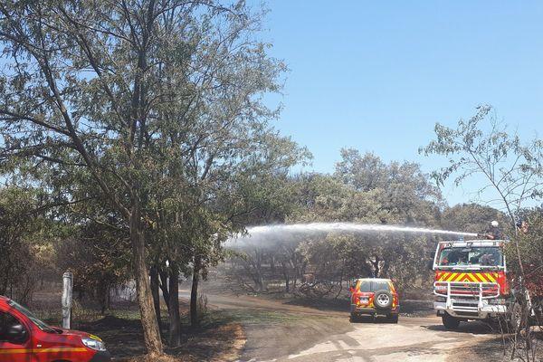 Le feu est maitrisé par les pompiers, qui restent vigilants