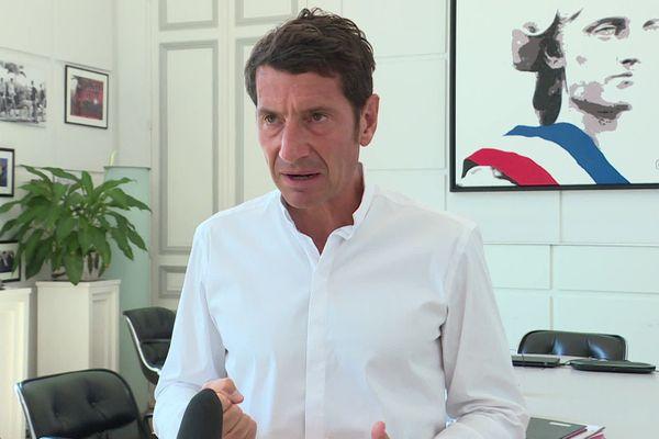 """David Lisnard, maire (LR) de Cannes demande des """"patrouilles mixtes"""", police nationale et municipale pour pouvoir contrôler les commerces privés."""