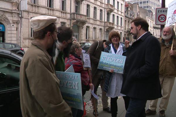 Une petite dizaine de manifestants ont échangé, non sans véhémence, avec un responsable de La République en marche.
