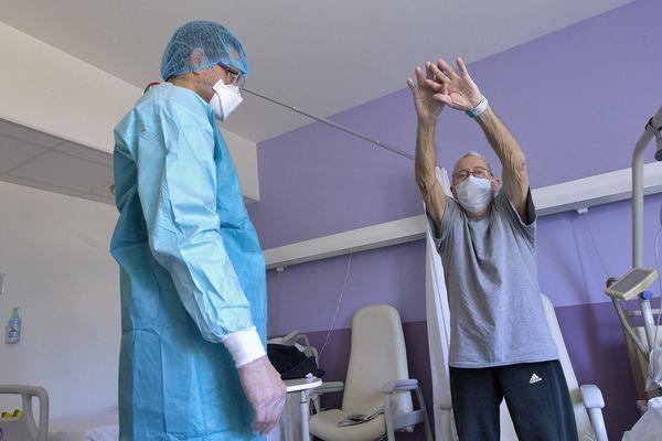 Après plusieurs jours en réanimation, les patients doivent souvent réapprendre à respirer aidés de kinésithérapeutes, notamment. Faire des exercices pour aller chercher l'air le plus efficacement possible.