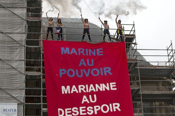 Les militantes ont déployé une banderole sur la façade en travaux de la mairie.