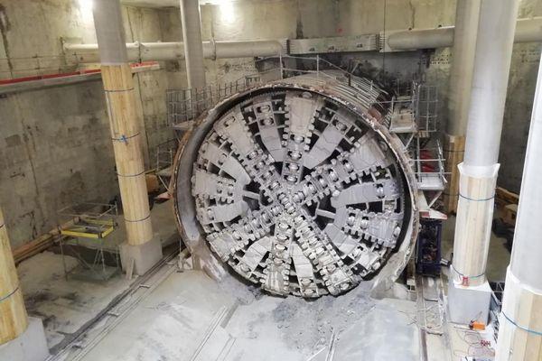 Le tunnelier est muni d'une gigantesque roue de coupe de près de 10 m de haut, spécialement conçue pour ce chantier, équipée de dizaines de molettes et de couteaux.