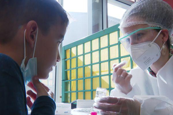 Les tests salivaires ont commencé à se déployer dans les écoles de la Métropole de Lyon vendredi 26 février.