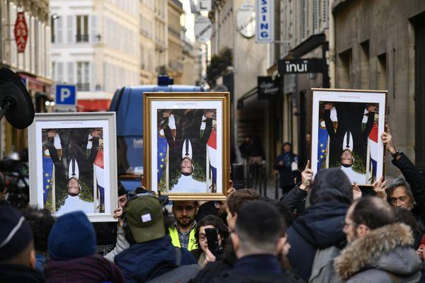 En mars 2020, des militants d'Action non violente - COP21 avaient dévoilé des portraits « réquisitionnés » d'Emmanuel Macron aux abords de Élysée.