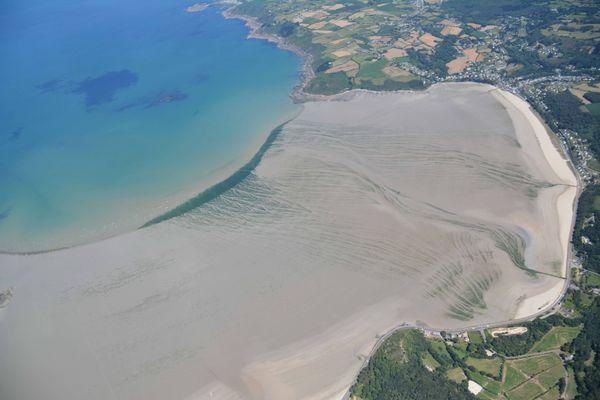 Vue aérienne des algues vertes à Saint Michel en Grève (22)