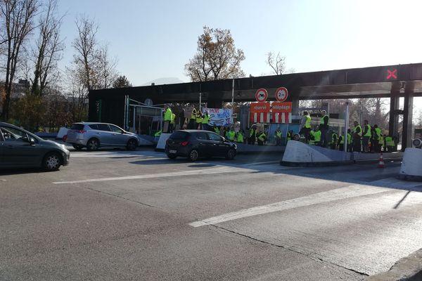 """Depuis plusieurs jours, des opérations """"péage gratuit"""" sont organisées au niveau de la barrière de péage d'Annecy-nord."""