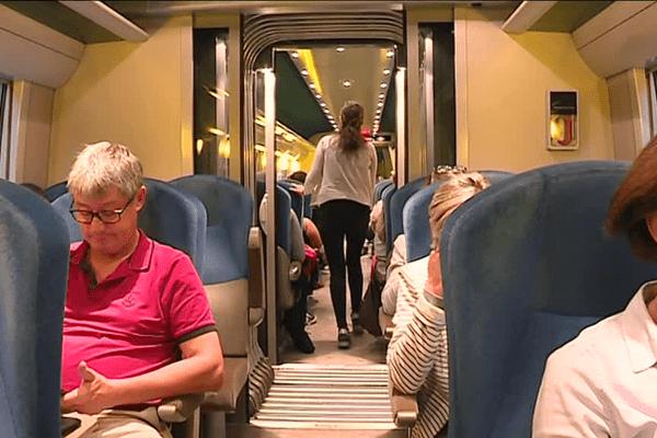 Passagers dans le TER de Redon à Rennes (Ille-et-Vilaine)