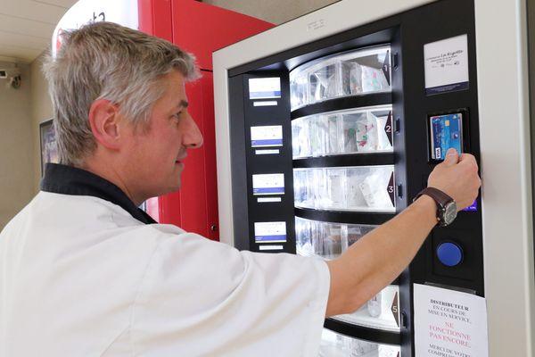 Pascal Martin, patron de la crèmerie La Rigotte, propose ses meilleures ventes à la Gare de Besançon.