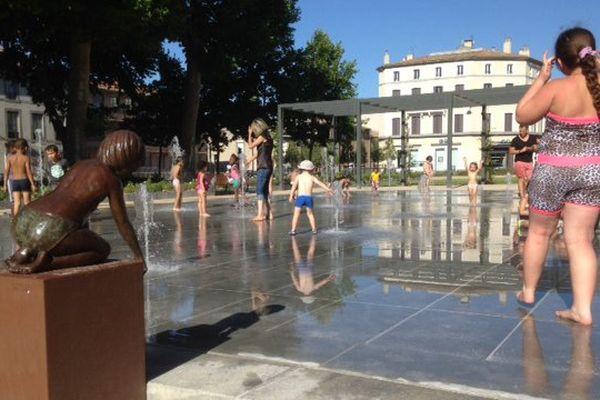 Carcassonne - chaleur et jeux dans une fontaine du centre ville - juin 2015.