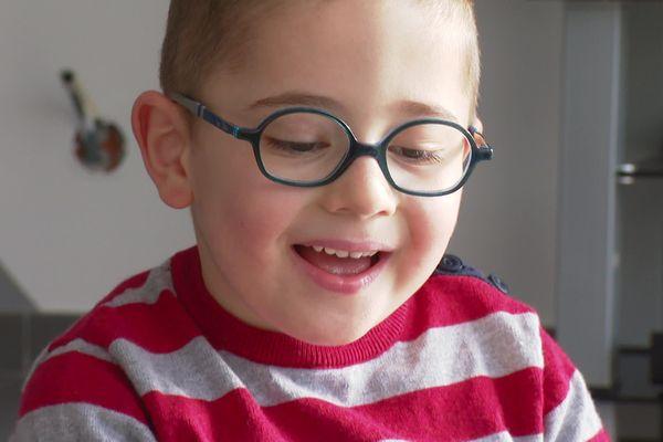 """""""Thomas ne se plaint jamais, il profite de la vie et c'est le petit garçon le plus drôle et le plus souriant au monde."""" Jessica et Florian vivent à Bonson dans la Loire, ils se battent chaque jour pour lui."""