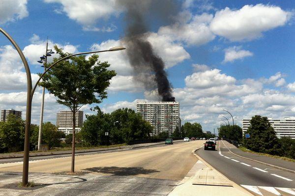 Une fumée noire et épaisse visible au dessus de l'immeuble