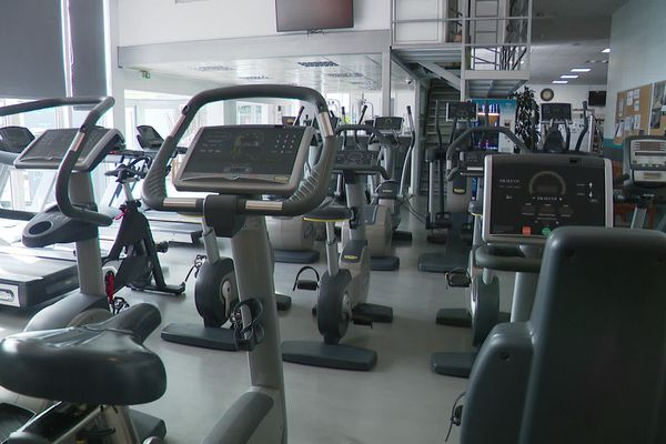Une salle de sport déserte : cette fermeture est un nouveau coup du pour les enseignes de fitness.