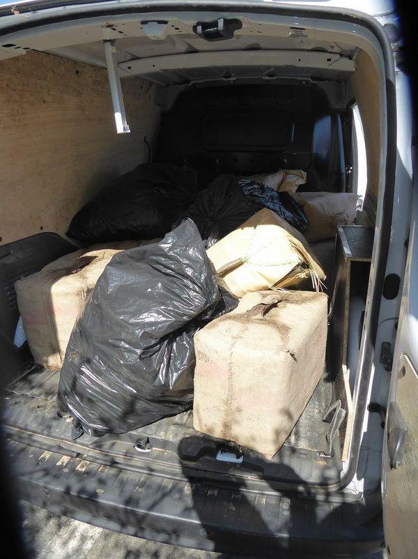 A peine dissimulée dans la camionnette, la drogue circulait à bord de ce véhicule sur une petite route des Aldudes