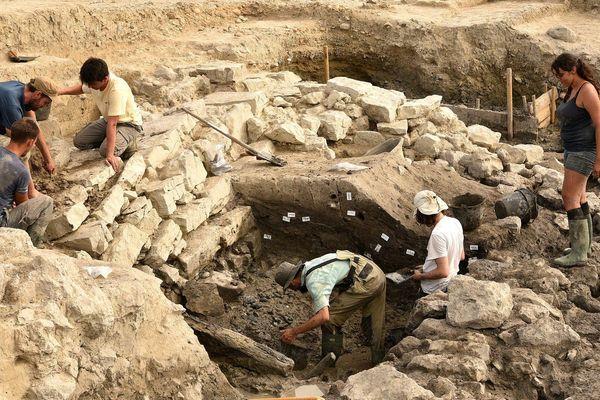 Lattes (Hérault) - Après trois années de travail, les archéologues du chantier de fouilles du site de Lattara achèvent leur travail avec une découverte fleurissante - 26 juillet 2019