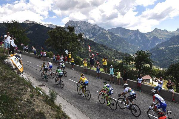 Le Belge Greg Van Avermaet, vêtu du maillot jaune du leader, lors de la 10e étape du Tour de France entre Annecy et Le Grand-Bornand, le 17 juillet 2018