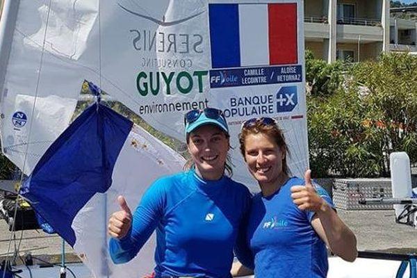 Les deux athlètes posent fièrement après leur victoire à San Remo.