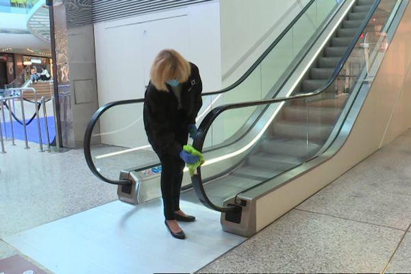 Martine Delalande désinfecte tout ce qui peut être touché par les clients du centre commercial.