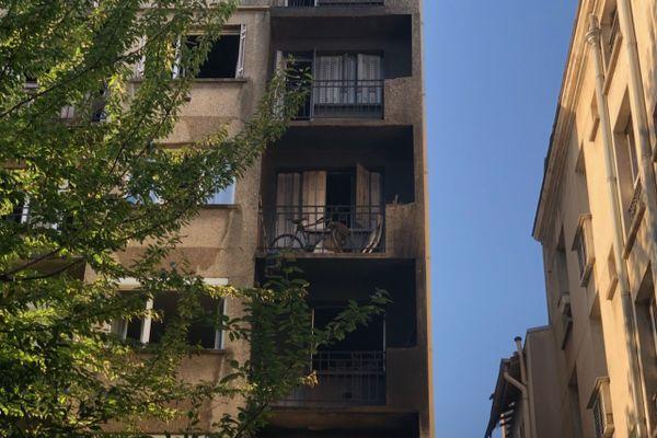 Le feu a également touché un atelier voisin et le parking souterrain.