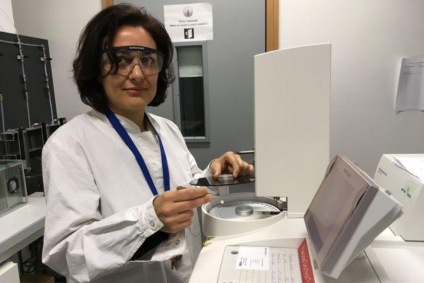 Simona Bennici, chercheuse au CNRS, procède à l'analyse des matériaux pouvant stocker la chaleur au laboratoire de l'ISM2