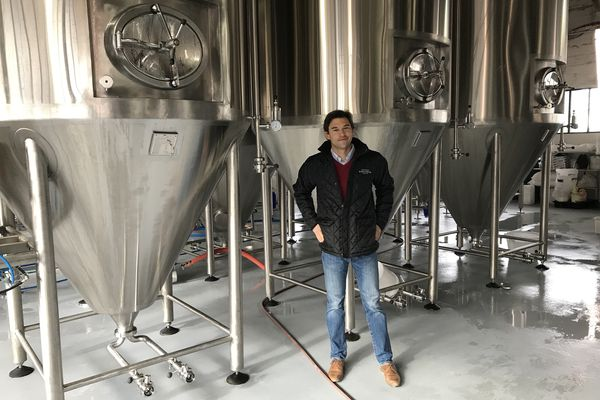 Hubert Rabourdin, fils des fondateurs de la brasserie. Sur le modèle des vignerons, ils transforment leurs céréales en bière.