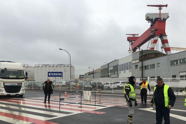 Les Gilets Jaunes de Saint-Nazaire filtrent le rond point de la porte 4 des chantiers navals, les voitures et véhicules de service ou d'urgence passent, les camions doivent patienter quelques minutes avant de repartir