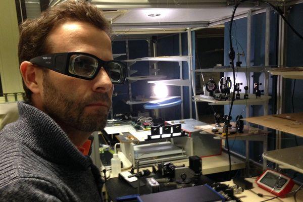Le chercheur, très concentré, dans son laboratoire