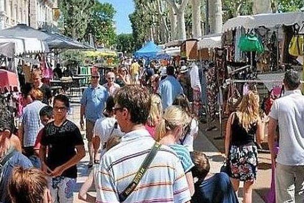 Le boulevard Jean Jaurès animé avec les touristes et les commerçants de Narbonne