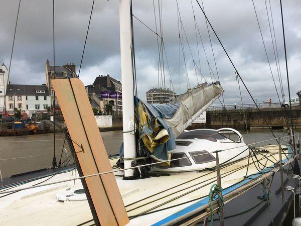 Le pont de l'ancien Geodis est recouvert de mousse, ce qui trahit l'état d'abandon. Le bateau n'a plus quitté le ponton depuis 2014.