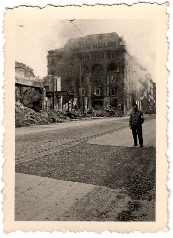 Avril 1945, le soldat Jacques Desbonnet à Stuttgart en Allemagne. La ville vient d'être prise par les Alliés.