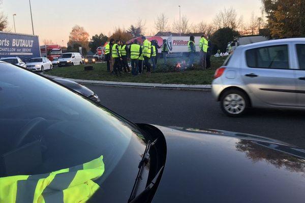Au rond-point de la Croix-Rouge à Vern-sur-Seiche, les Gilets jeunes filtrent les véhicules retenant les poids lourds sur le bas coté