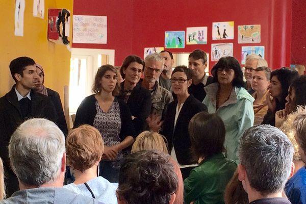 les parents d'élèves écoutent l'inspectrice d'Académie, aux côtés de la députée Laurence Dumont