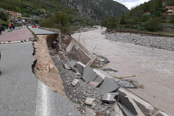 La route départementale entre Breil et Tende au niveau de la Giandola (les stations essence)