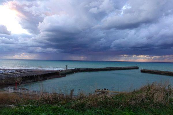 A Dieppe, au large des jetées, l'horizon de ce dimanche restera encombré et menaçant toute la journée.