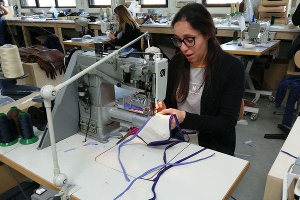 Les 16 salariés de l'atelier sont très mobilisés pour fabriquer au plus vite ces masques en tissus.