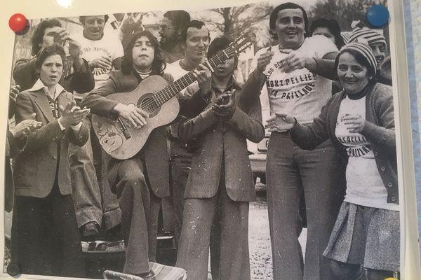 Février 1977. A l'occasion de la Coupe de France, Montpellier avait hérité du grand Olympique de Marseille. Pour ce match délocalisé à Alès, Bernard Soccoro (deuxième en partant de la droite à coté de sa mère) avait proposé à des musiciens gitans de la Paillade de venir animer l'avant match pour encourager les joueurs.
